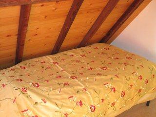 Romantisch slapen in de gele kamer onder de balken